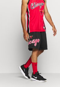 Mitchell & Ness - NBA CHICAGO BULLS TEAM HERITAGE SHORTS - Krótkie spodenki sportowe - black - 0