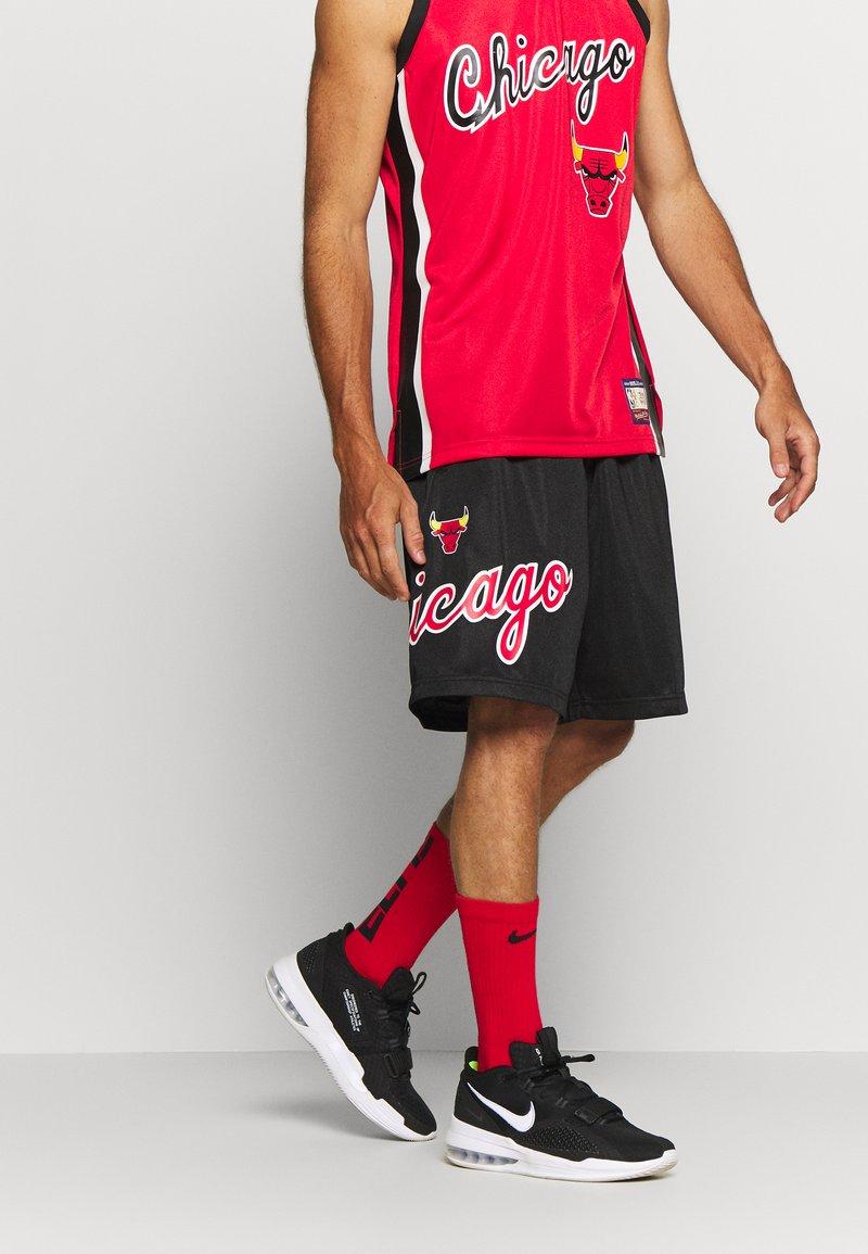Mitchell & Ness - NBA CHICAGO BULLS TEAM HERITAGE SHORTS - Krótkie spodenki sportowe - black