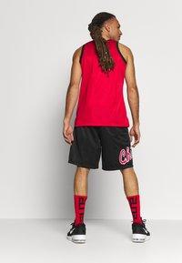 Mitchell & Ness - NBA CHICAGO BULLS TEAM HERITAGE SHORTS - Krótkie spodenki sportowe - black - 2