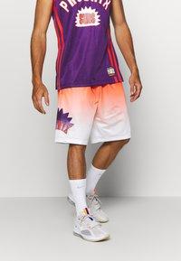 Mitchell & Ness - NBA PHOENIX SUNS TEAM HERITAGE SHORTS - Korte broeken - orange/white - 0