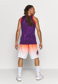 Mitchell & Ness - NBA PHOENIX SUNS TEAM HERITAGE SHORTS - Korte broeken - orange/white - 2