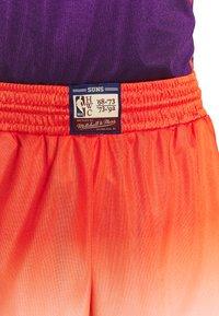 Mitchell & Ness - NBA PHOENIX SUNS TEAM HERITAGE SHORTS - Korte broeken - orange/white - 5