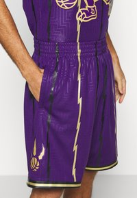 Mitchell & Ness - NBA TORONTO RAPTORS SWINGMAN SHORT - Short de sport - purple - 3