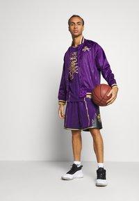 Mitchell & Ness - NBA TORONTO RAPTORS SWINGMAN SHORT - Short de sport - purple - 1