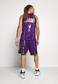 Mitchell & Ness - NBA TORONTO RAPTORS SWINGMAN SHORT - Short de sport - purple - 2