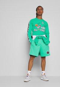 Mitchell & Ness - NBA ALL STAR PATTERN SHORT - Korte broeken - teal - 1