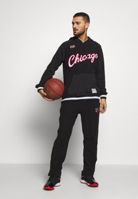 Mitchell & Ness - NBA CHICAGO BULLS REVERSED TEARWAY PANT - Klubové oblečení - black - 1