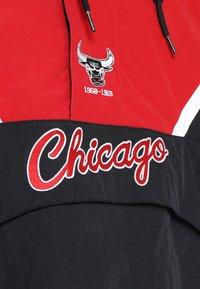 Mitchell & Ness - NBA CHICAGO BULLS HALF ZIP ANORAK JACKET - Trainingsvest - black/red - 8