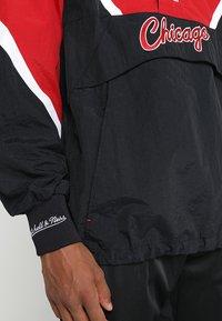 Mitchell & Ness - NBA CHICAGO BULLS HALF ZIP ANORAK JACKET - Trainingsvest - black/red - 4