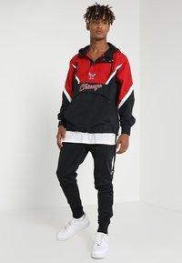Mitchell & Ness - NBA CHICAGO BULLS HALF ZIP ANORAK JACKET - Trainingsvest - black/red - 1