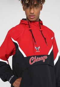 Mitchell & Ness - NBA CHICAGO BULLS HALF ZIP ANORAK JACKET - Trainingsvest - black/red - 6