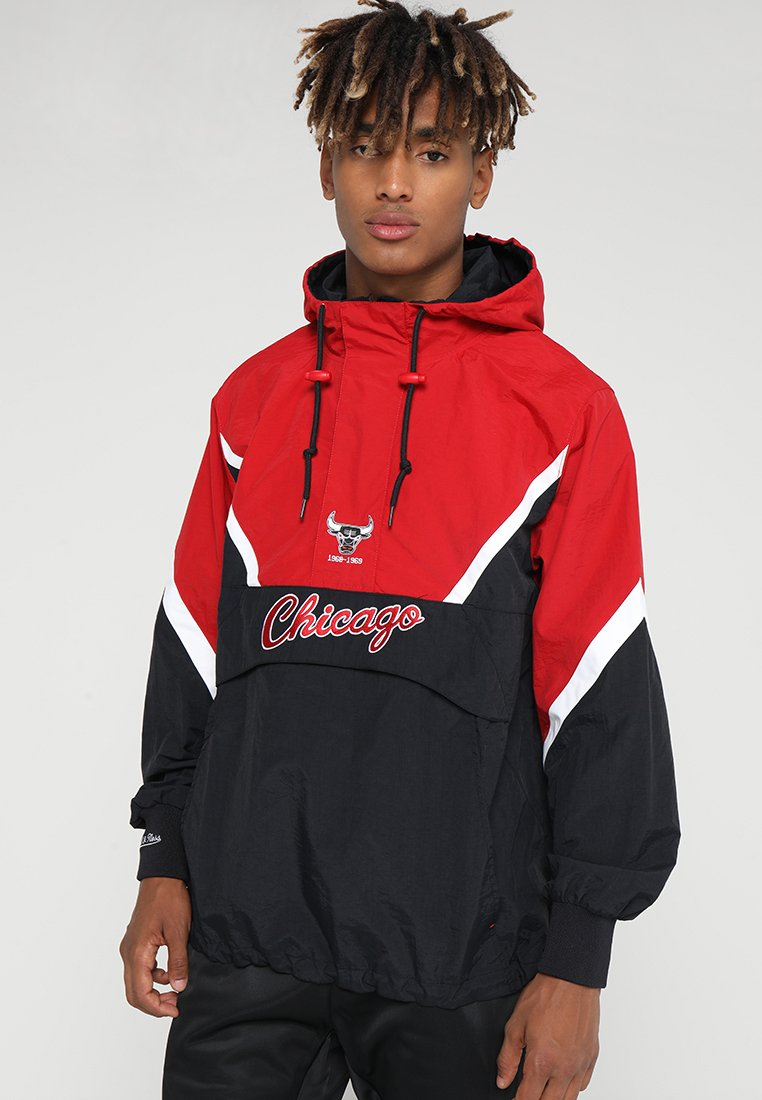 Mitchell & Ness - NBA CHICAGO BULLS HALF ZIP ANORAK JACKET - Trainingsvest - black/red