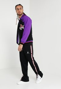 Mitchell & Ness - TORONTO RAPTORS NBA  - Sportovní bunda - black/ purple - 1