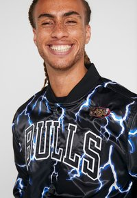 Mitchell & Ness - CHICAGO BULLS NBA LIGHTNING JACKET - Pelipaita - black - 4