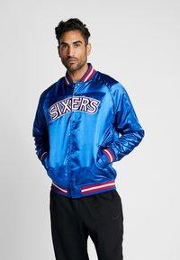 Mitchell & Ness - NBA PHILADELPHIA 76ERS LIGHTWEIGHT JACKET - Trainingsvest - royal - 0