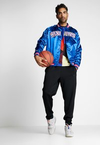 Mitchell & Ness - NBA PHILADELPHIA 76ERS LIGHTWEIGHT JACKET - Trainingsvest - royal - 1