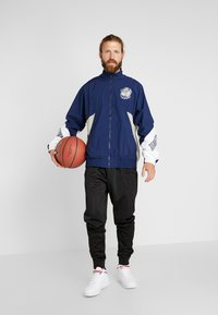 Mitchell & Ness - GEORGETOWN MID SEASON  - Veste coupe-vent - navy/sand - 1