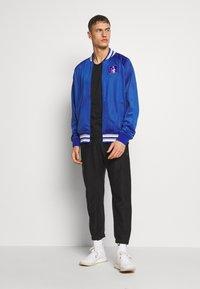 Mitchell & Ness - NCAA DUKE BLUE DEVILS TRACK JACKET - Klubové oblečení - royal - 1