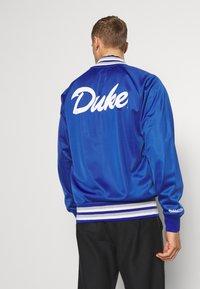 Mitchell & Ness - NCAA DUKE BLUE DEVILS TRACK JACKET - Klubové oblečení - royal - 2