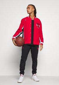 Mitchell & Ness - NBA CHICAGO BULLS AUTHENTIC WARM UP JACKET - Fanartikel - red - 1