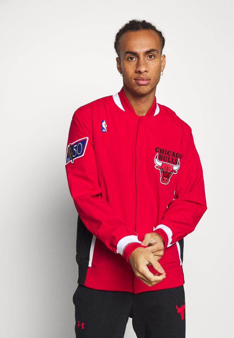 Mitchell & Ness - NBA CHICAGO BULLS AUTHENTIC WARM UP JACKET - Fanartikel - red