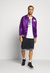 Mitchell & Ness - NBA LA LAKERS JACKET - Squadra - purple - 1