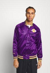 Mitchell & Ness - NBA LA LAKERS JACKET - Squadra - purple - 0