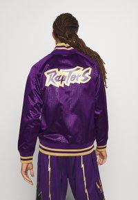 Mitchell & Ness - NBA TORONTO RAPTORS JACKET - Klubové oblečení - purple - 2