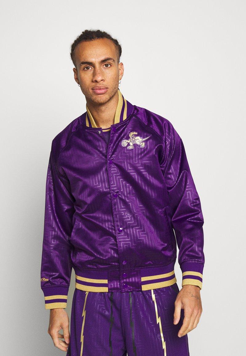 Mitchell & Ness - NBA TORONTO RAPTORS JACKET - Klubové oblečení - purple