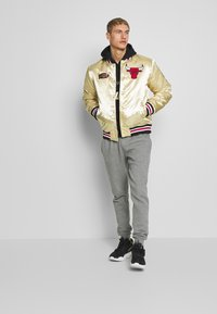 Mitchell & Ness - NBA CHICAGO BULLS CHAMPIONSHIP GAME JACKET - Article de supporter - beige - 1