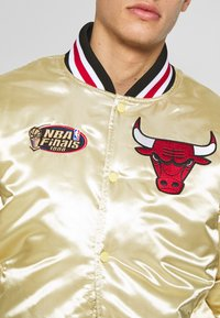 Mitchell & Ness - NBA CHICAGO BULLS CHAMPIONSHIP GAME JACKET - Article de supporter - beige - 5