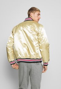 Mitchell & Ness - NBA CHICAGO BULLS CHAMPIONSHIP GAME JACKET - Article de supporter - beige - 2