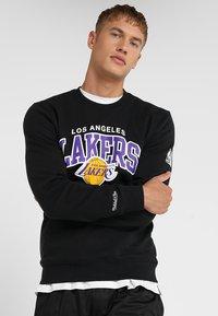 Mitchell & Ness - NBA ARCH LOGO CREW L.A. LAKERS - Klubové oblečení - black - 0