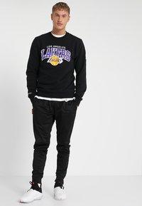 Mitchell & Ness - NBA ARCH LOGO CREW L.A. LAKERS - Klubové oblečení - black - 1