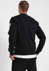 Mitchell & Ness - NBA ARCH LOGO CREW L.A. LAKERS - Klubové oblečení - black - 2