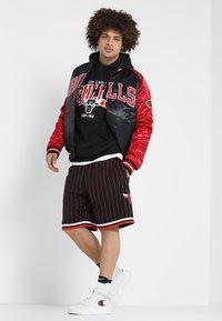 Mitchell & Ness - NBA ARCH LOGO HOODY CHICAGO BULLS - Artykuły klubowe - black - 1
