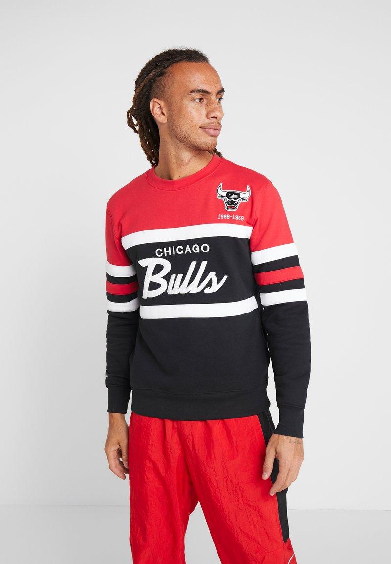 Mitchell & Ness - NBA CHICAGO BULLS HEAD COACH CREW - Club wear - red/black