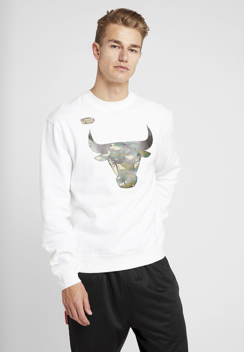 Mitchell & Ness - NBA CHICAGO BULLS WOODLAND CAMO CREW - Sweatshirt - white