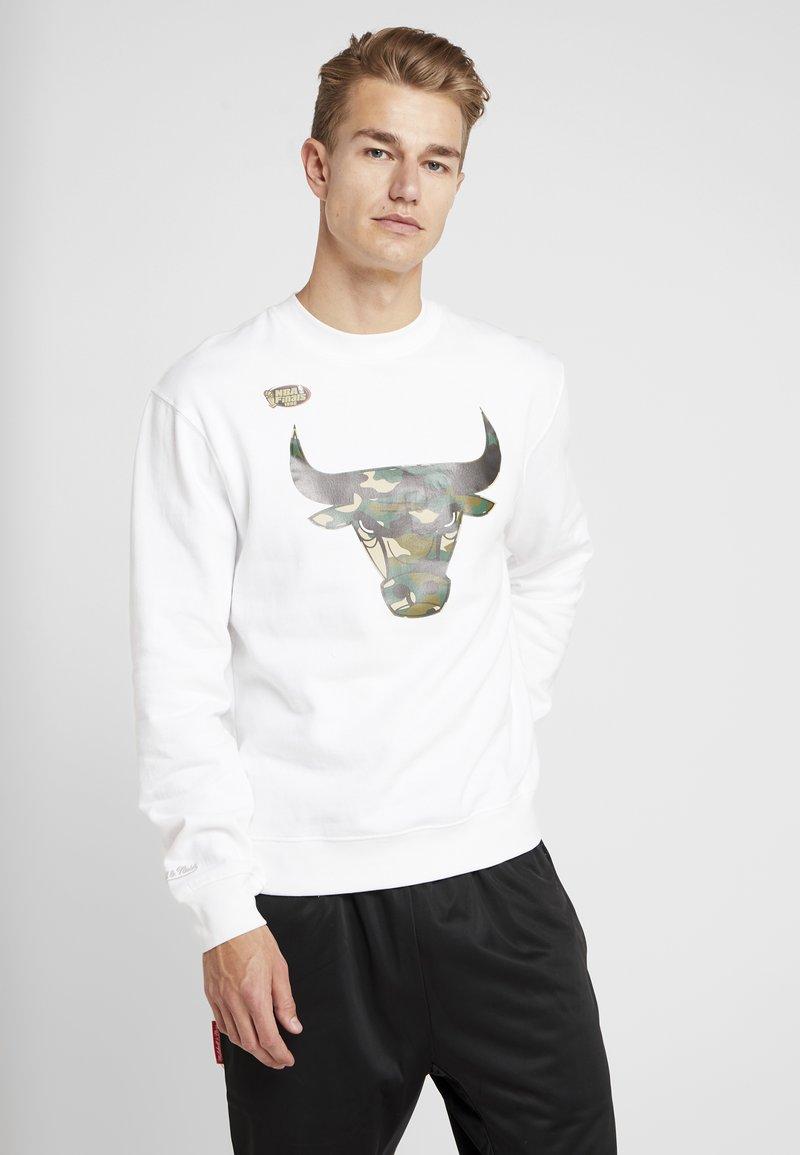Mitchell & Ness - NBA CHICAGO BULLS WOODLAND CAMO CREW - Sweatshirt - white