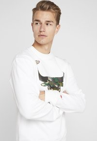 Mitchell & Ness - NBA CHICAGO BULLS WOODLAND CAMO CREW - Sweatshirt - white - 3