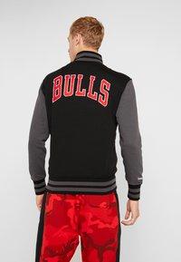 Mitchell & Ness - NBA CHICAGO BULLS VARSITY JACKET - Artykuły klubowe - black - 2