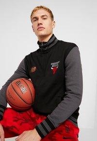 Mitchell & Ness - NBA CHICAGO BULLS VARSITY JACKET - Artykuły klubowe - black - 3