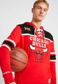 Mitchell & Ness - NBA CHICAGO BULLS HOCKEY HOODY - Club wear - red/black - 3