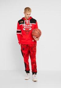 Mitchell & Ness - NBA CHICAGO BULLS HOCKEY HOODY - Club wear - red/black - 1