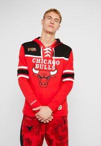 Mitchell & Ness - NBA CHICAGO BULLS HOCKEY HOODY - Club wear - red/black - 0