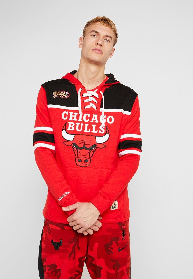Mitchell & Ness - NBA CHICAGO BULLS HOCKEY HOODY - Club wear - red/black