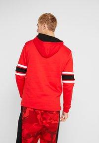 Mitchell & Ness - NBA CHICAGO BULLS HOCKEY HOODY - Club wear - red/black - 2