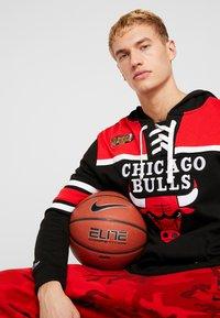 Mitchell & Ness - NBA CHICAGO BULLS HOCKEY HOODY - Article de supporter - black/red - 3