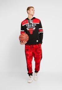 Mitchell & Ness - NBA CHICAGO BULLS HOCKEY HOODY - Article de supporter - black/red - 1
