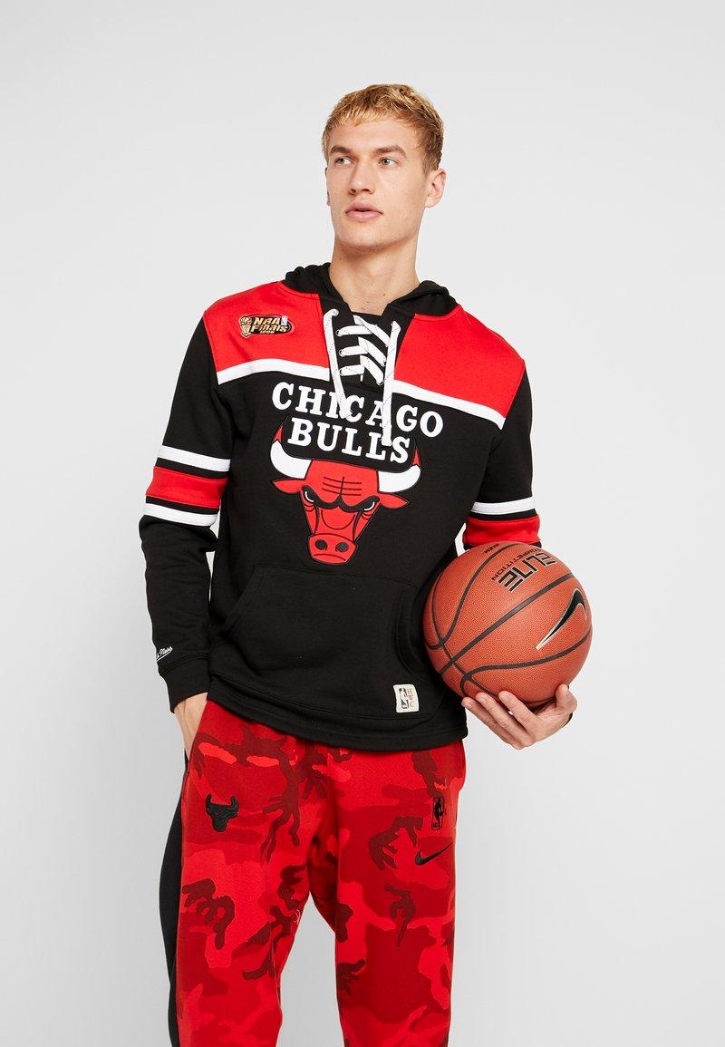 Mitchell & Ness - NBA CHICAGO BULLS HOCKEY HOODY - Article de supporter - black/red